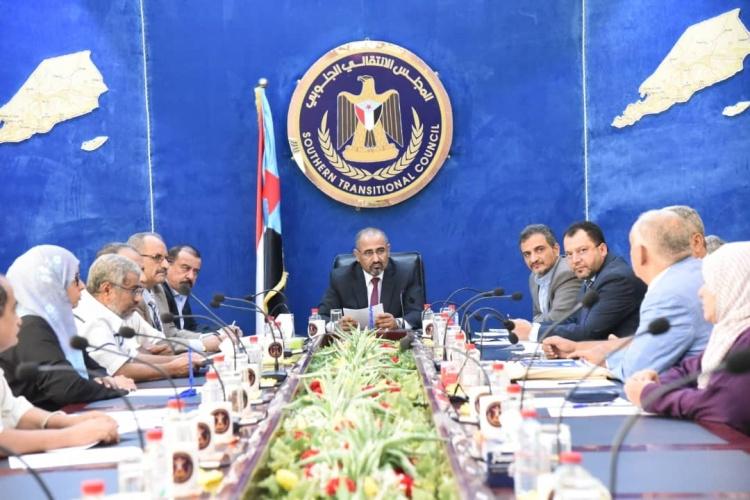 خلال اجتماع استثنائي.. المجلس الانتقالي برئاسة الزبيدي يحدد موعد إسقاط الحكومة