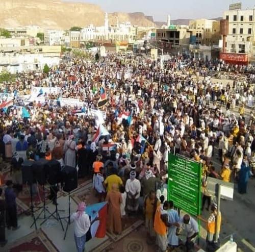 """""""عبر الحشود الشعبية"""".. الانتقالي يطرد حكومة هادي من المحافظات الجنوبية"""